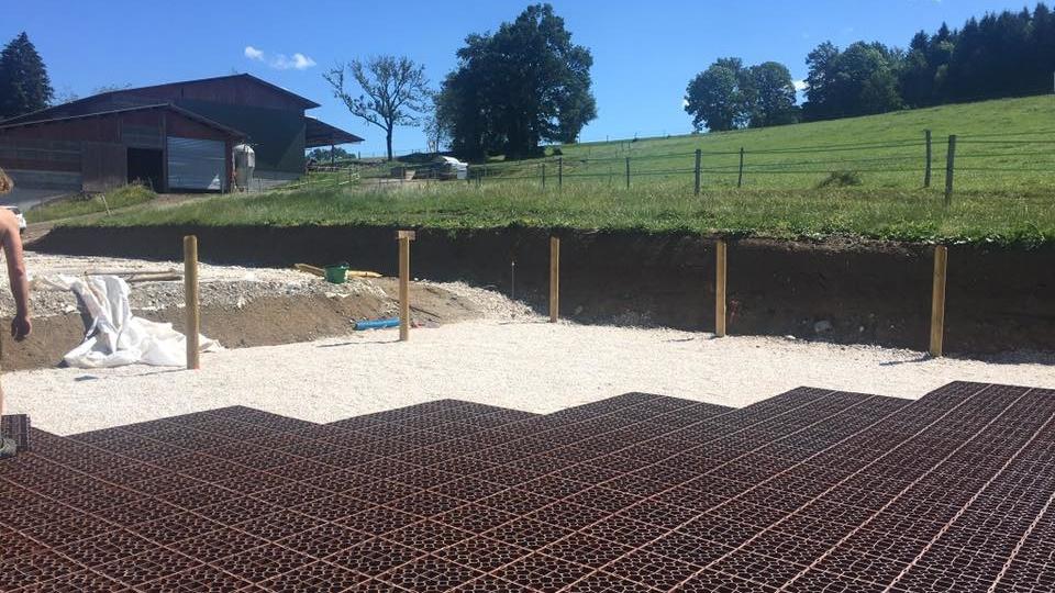 Matériaux réduisant les consommations d'eau sur un sol de travail équestre