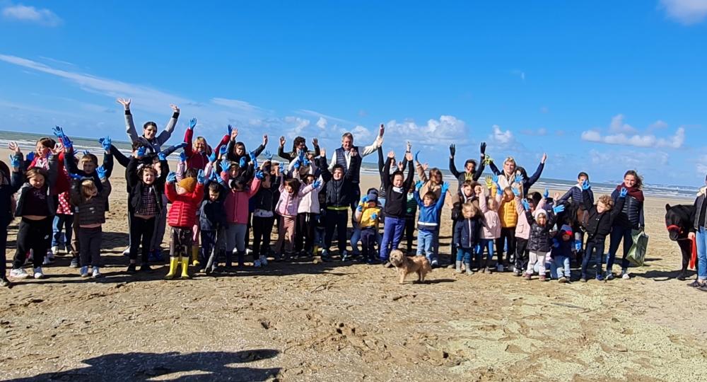Journée ramassage des déchets avec les enfants sur la plage de Deauville